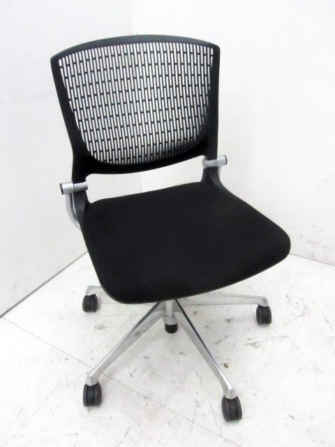 grata 東京にて オフィス家具 オカムラ グラータチェアブラックを買取いたしました。